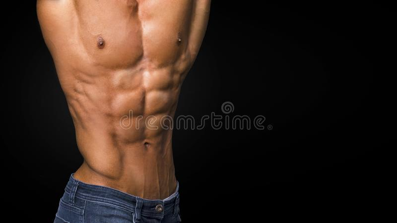 Sexy spierlichaam en naakt torso die perfecte abs tonen stock foto
