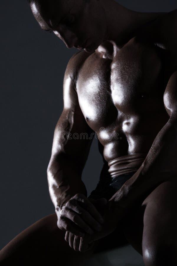 Sexy spierlichaamsbouwer stock afbeeldingen