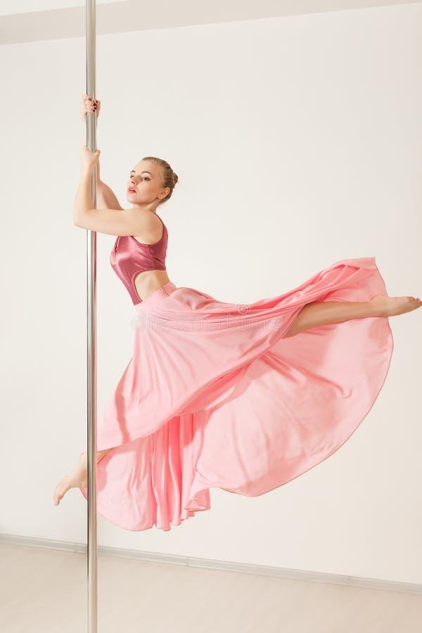 Sexy strookdanser die met pool in studio uitoefenen royalty-vrije stock afbeeldingen
