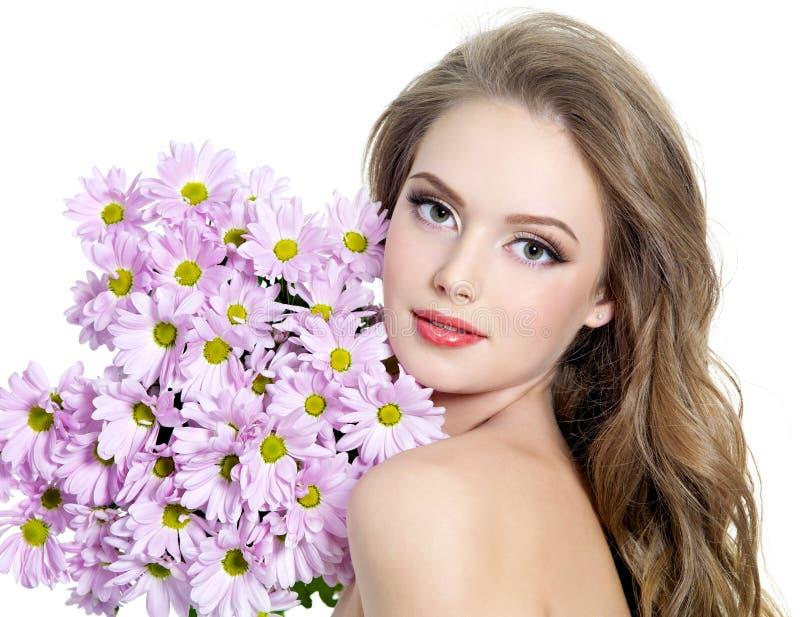 Sexy tienermeisje met bloemen royalty-vrije stock afbeeldingen