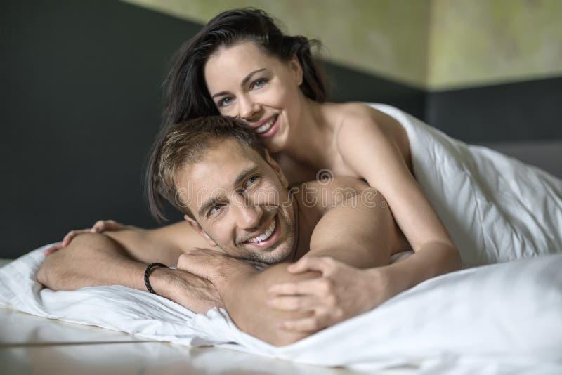 Sexy umarmende Paare stockbild