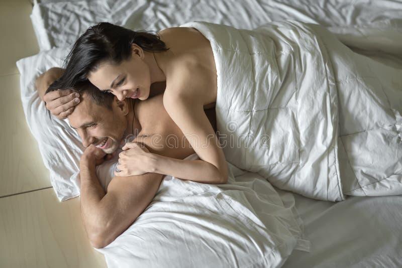 Sexy umarmende Paare lizenzfreie stockbilder