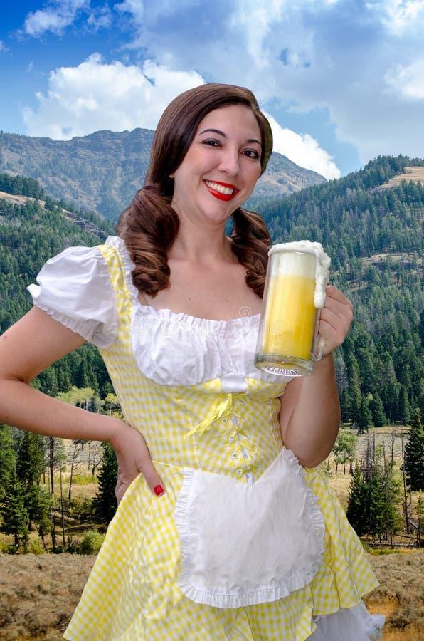 Sexy Umhüllungsmädchen mit Bier stockfoto