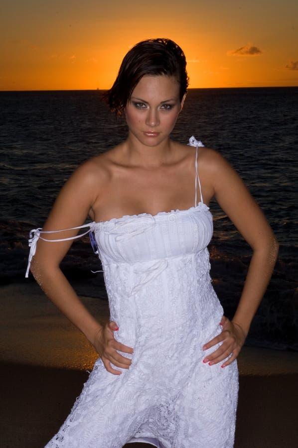 Sexy in un vestito bianco immagini stock libere da diritti