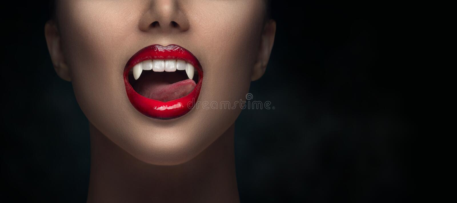 Sexy Vampire Woman's rode lippen close-up Vampiermeisje likt met tong Fashion Glamor Halloween-kunstontwerp stock fotografie