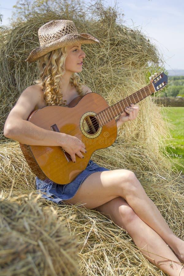 Sexy veedrijfster met gitaar royalty-vrije stock afbeelding