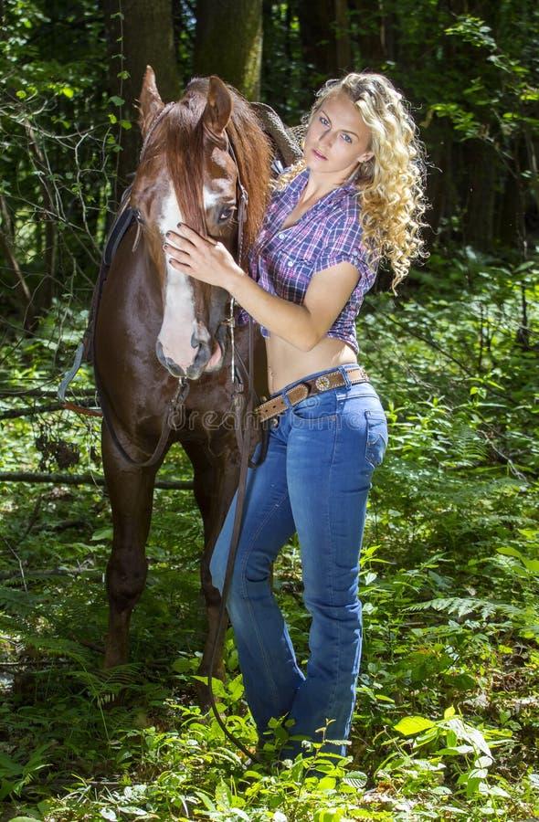 Sexy veedrijfster met haar hengst royalty-vrije stock afbeelding