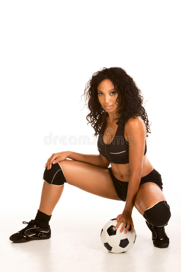 Sexy voetballer sportieve etnische vrouw met bal royalty-vrije stock foto
