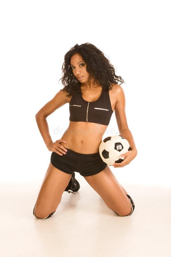 Sexy voetballer sportieve vrouw met bal royalty-vrije stock afbeelding
