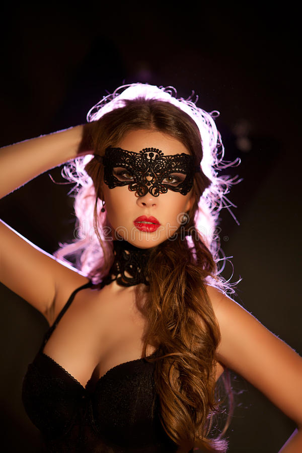 Sexy vorbildliche Frau in der venetianischen Maskeradekarnevalsmaske stockfotos