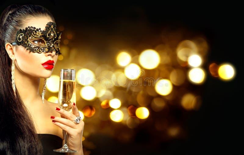 Sexy vorbildliche Frau mit Glas Champagner lizenzfreies stockbild