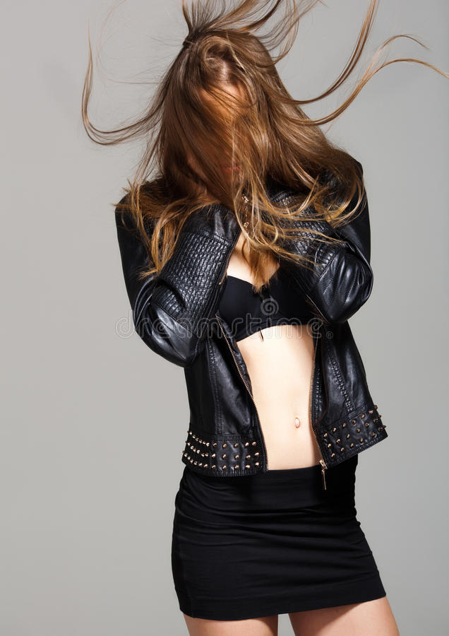 Sexy vorbildliche tragende Lederjacke und schwarzer Rock, die Mode aufwirft stockfotografie
