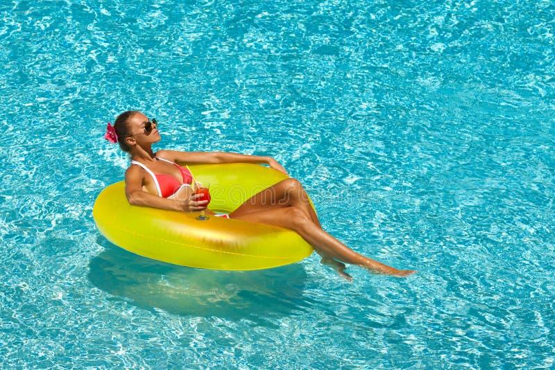 Sexy vrouw in bikini die de zomer van zon genieten en tijdens vakantie in pool looien royalty-vrije stock foto's