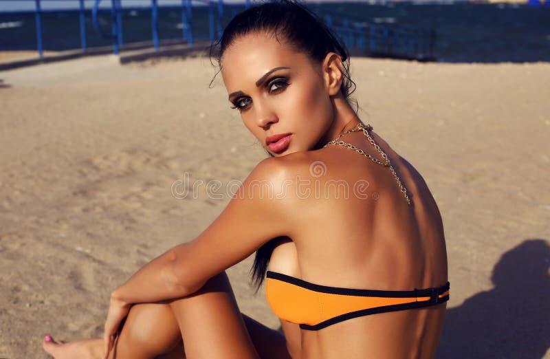 Sexy vrouw in bikini het ontspannen op de zomerstrand royalty-vrije stock fotografie