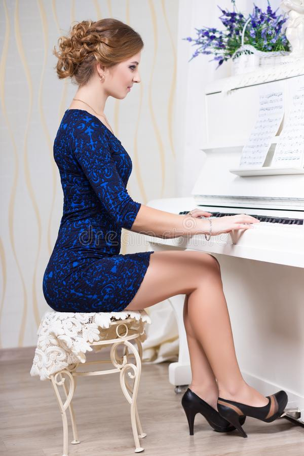 Sexy vrouw in blauwe en zwarte kleding royalty-vrije stock foto's