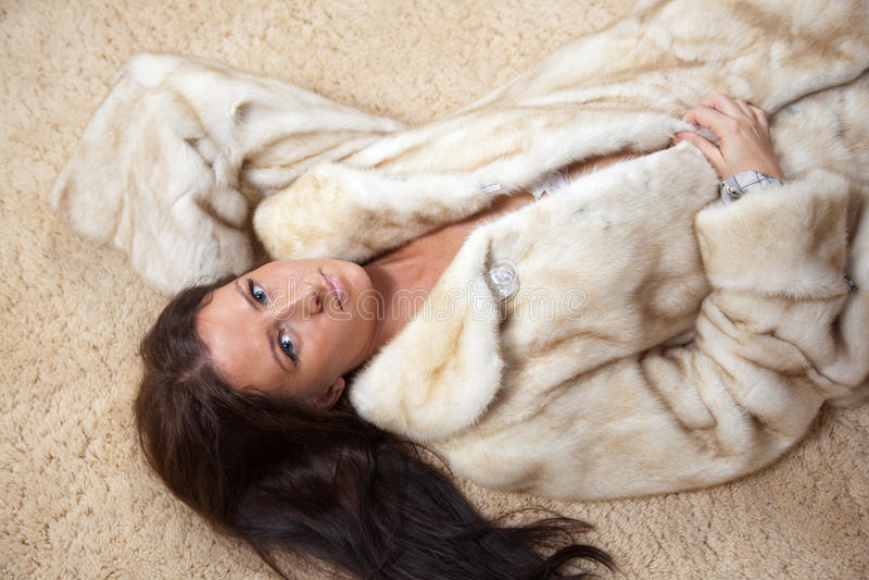Sexy vrouw in bontjas royalty-vrije stock afbeelding