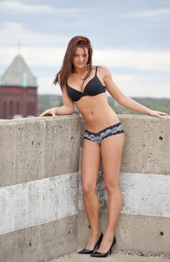 Sexy Vrouw in Bustehouder en Kousen op het Dak Van de binnenstad stock foto's