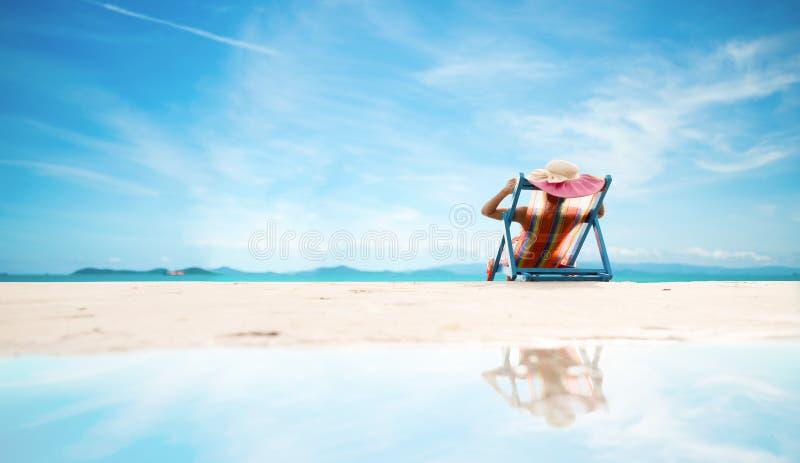 Sexy vrouw in de bikini op strand royalty-vrije stock afbeeldingen