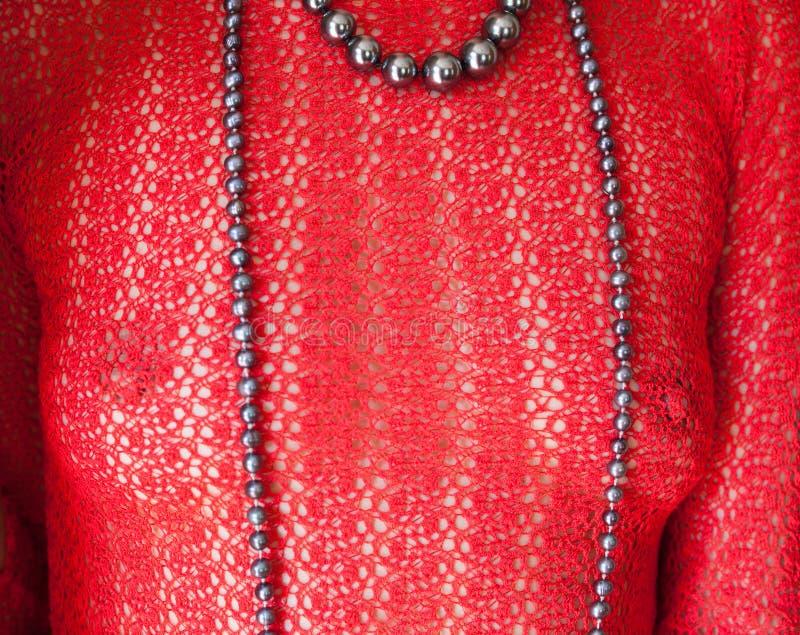 Sexy vrouw in de rode doorschijnende blouse stock afbeeldingen