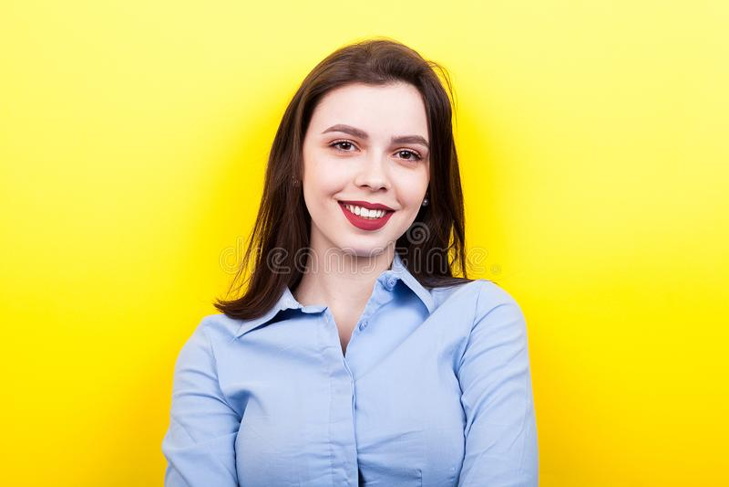 Sexy vrouw die een blauw overhemd dragen stock afbeeldingen
