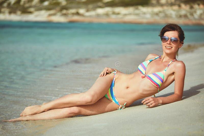 Sexy vrouw die op het strand ligt royalty-vrije stock foto's