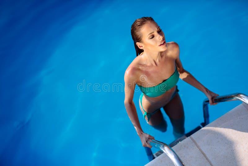 Sexy vrouw die van de zomer in pool genieten royalty-vrije stock afbeelding