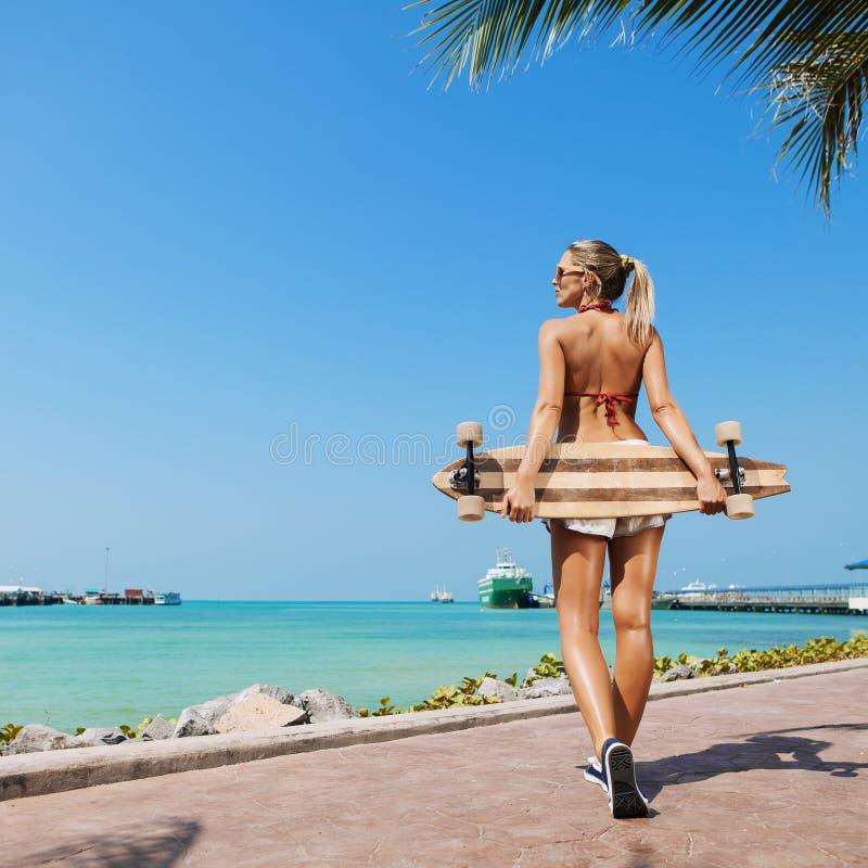 Download Sexy vrouw en longboard stock foto. Afbeelding bestaande uit koel - 39102880