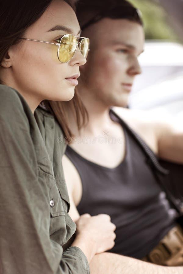 Sexy vrouw en man die een auto drijven royalty-vrije stock foto's