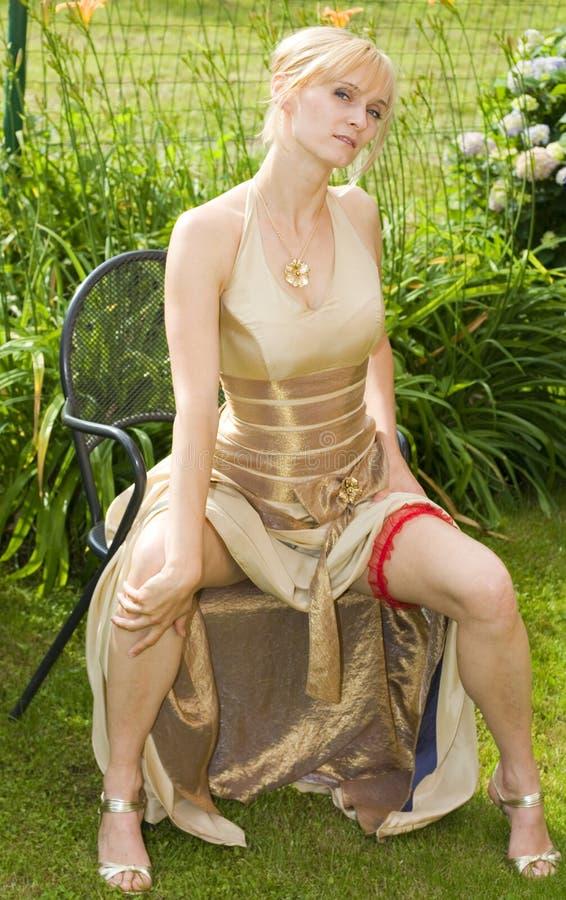 Sexy Vrouw in Gouden Kleding royalty-vrije stock afbeeldingen