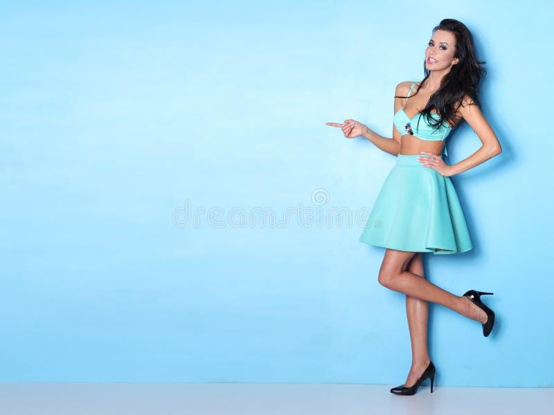 Download Sexy Vrouw In Het Stellen Op Blauwe Achtergrond Stock Foto - Afbeelding bestaande uit splijten, volwassenen: 107704098