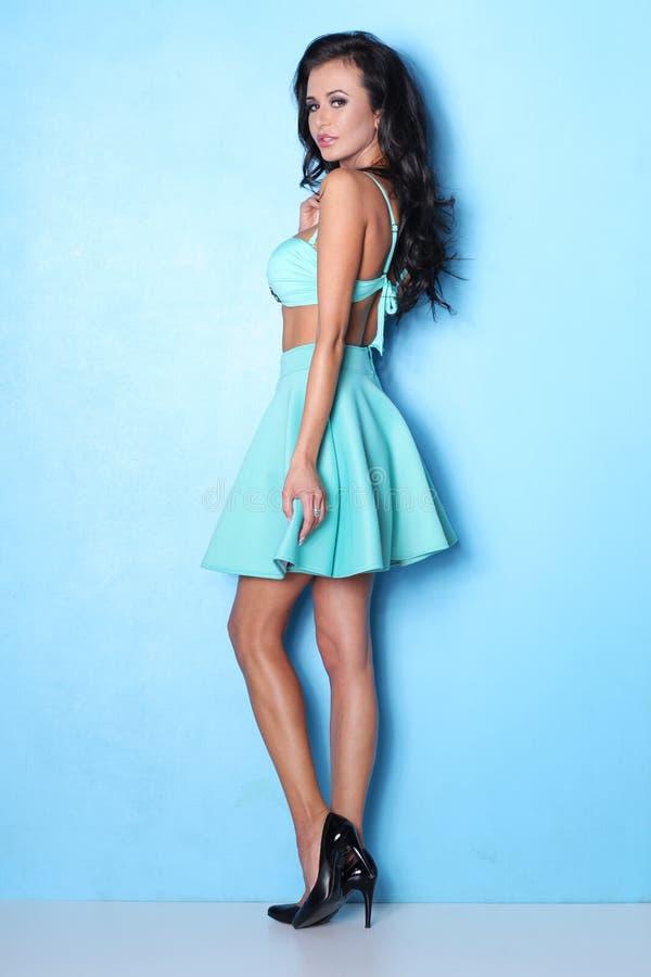 Download Sexy Vrouw In Het Stellen Op Blauwe Achtergrond Stock Afbeelding - Afbeelding bestaande uit grappig, mooi: 107704137