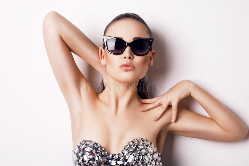 Sexy vrouw in luxueus korset en zonnebril stock fotografie