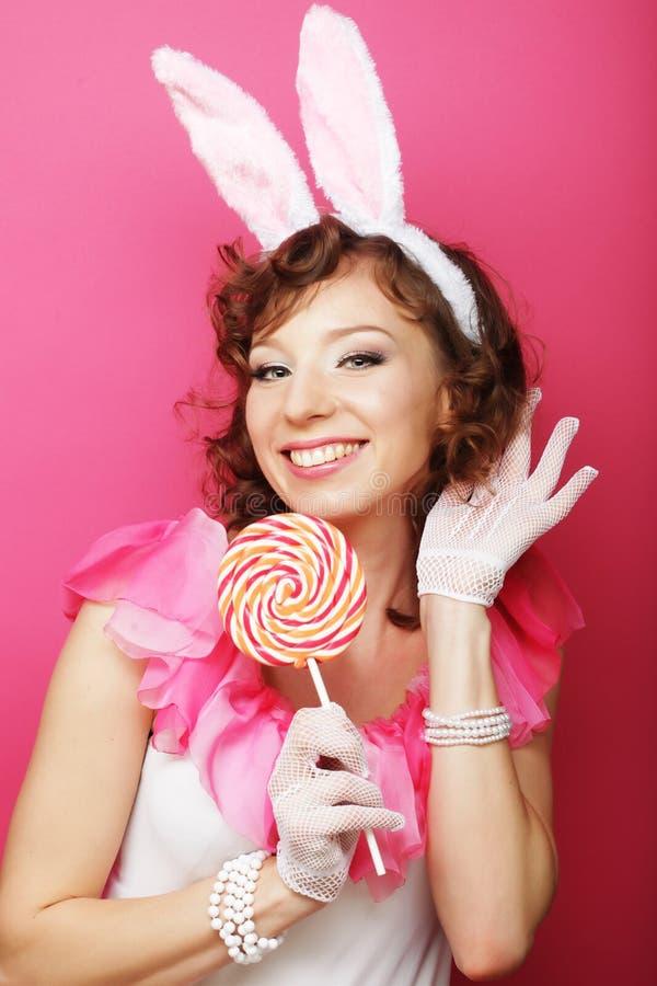 Sexy Vrouw met Bunny Ears Glimlachend die Pasen-Meisje op wit wordt geïsoleerd royalty-vrije stock afbeeldingen