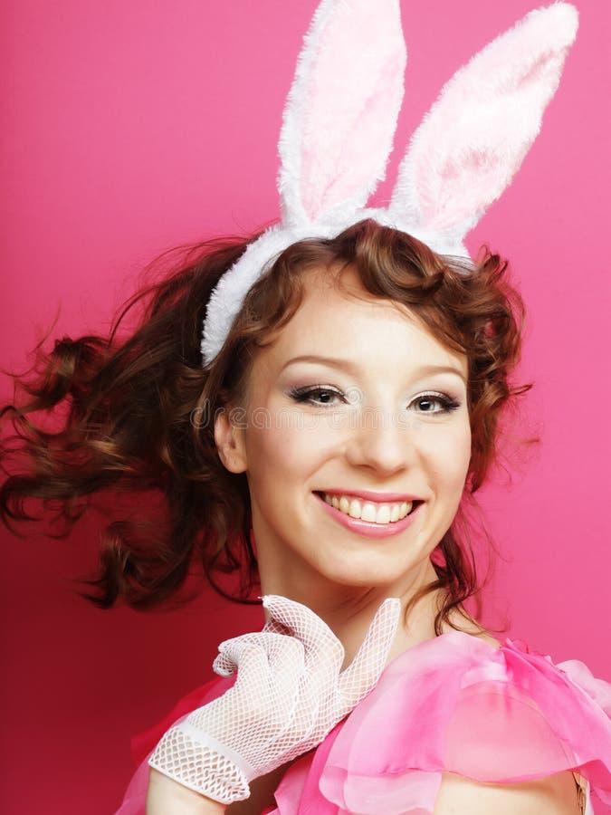 Sexy Vrouw met Bunny Ears Glimlachend die Pasen-Meisje op wit wordt geïsoleerd royalty-vrije stock fotografie