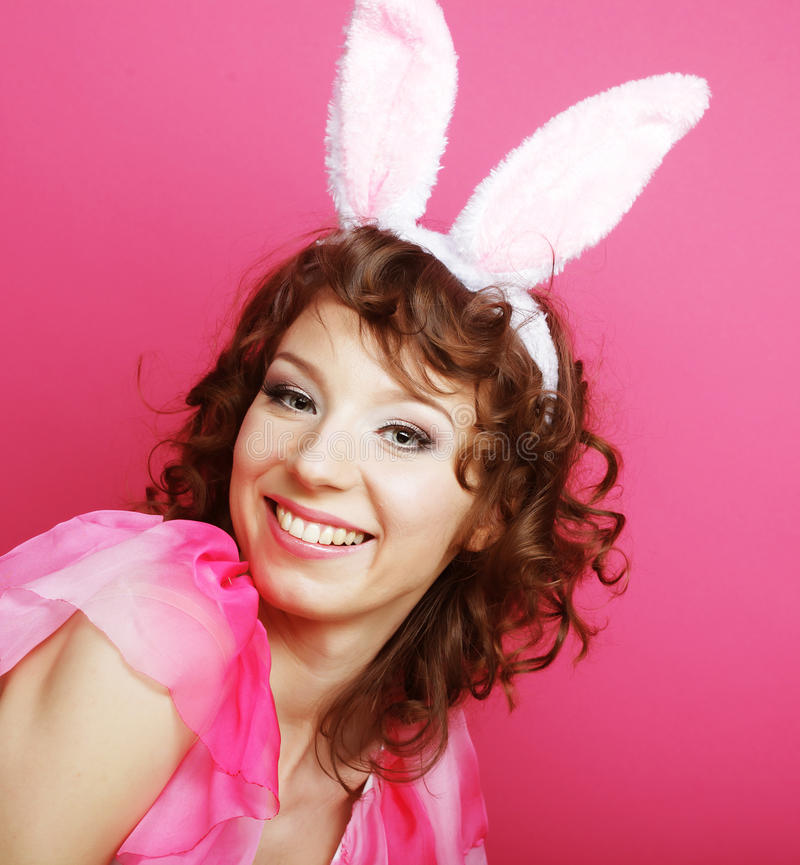 Sexy Vrouw met Bunny Ears Glimlachend die Pasen-Meisje op wit wordt geïsoleerd royalty-vrije stock afbeelding