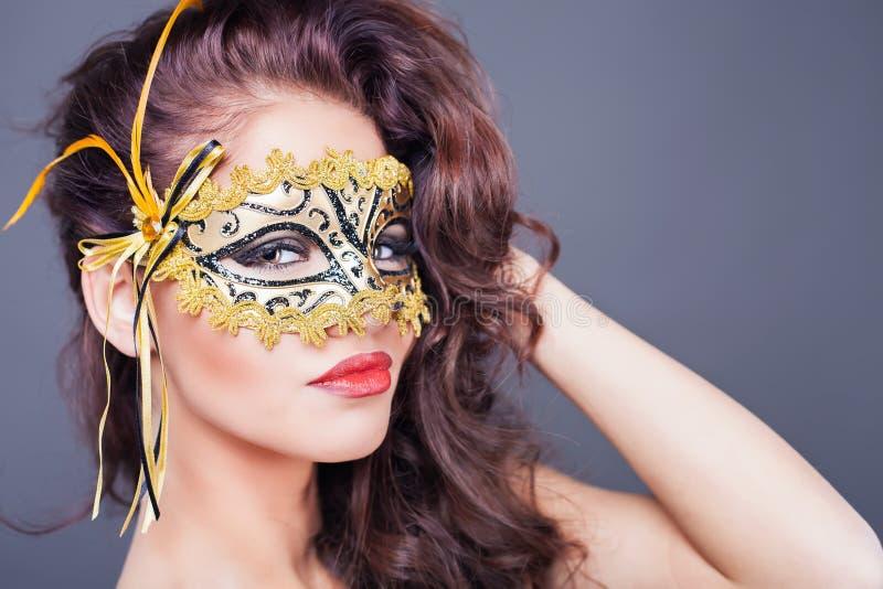 Sexy Vrouw Met Carnaval-masker Stock Foto - Afbeelding