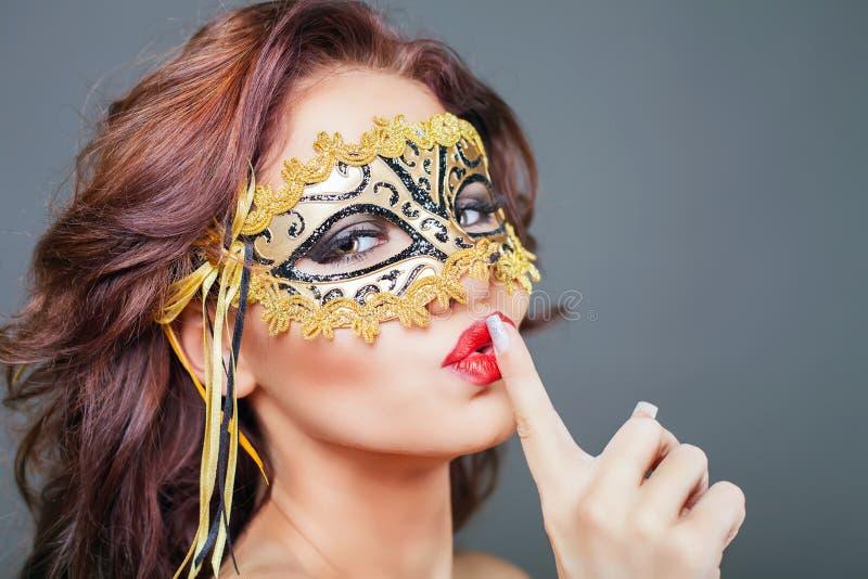 Sexy Vrouw Met Carnaval-masker Stock Afbeelding