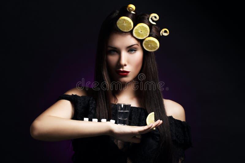 Sexy vrouw met citroenen in haar kapsel royalty-vrije stock foto's