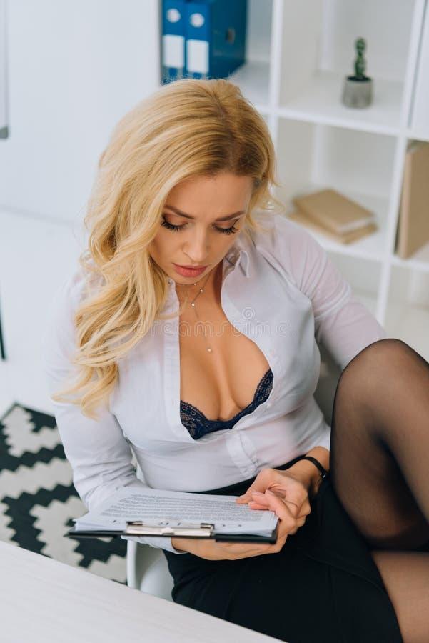 sexy vrouw met decolletelezing royalty-vrije stock foto's