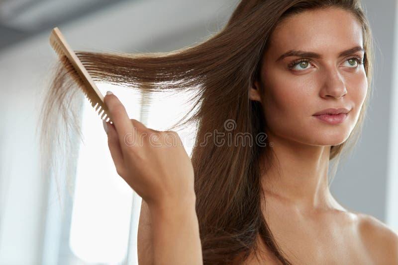 Sexy Vrouw met Haircomb In Hand Hairbrushing Haargezondheid stock fotografie