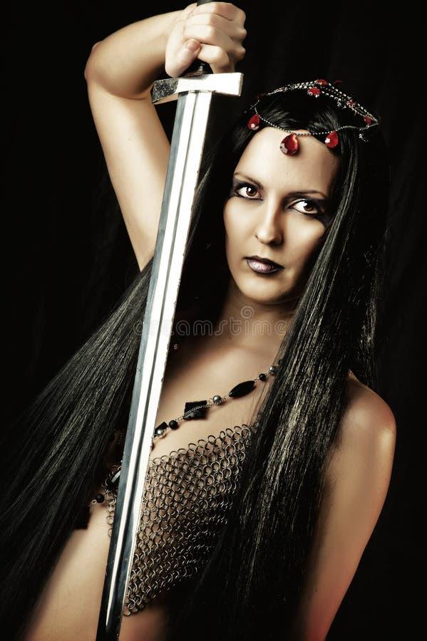 Sexy vrouw met middeleeuws zwaard royalty-vrije stock afbeelding