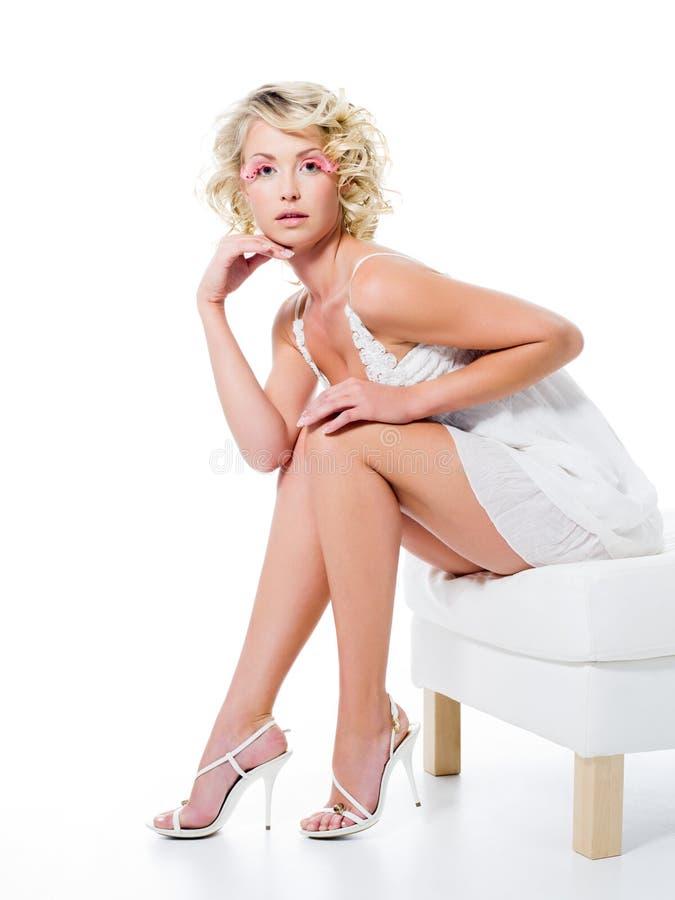 Sexy vrouw met mooie benen royalty-vrije stock foto's
