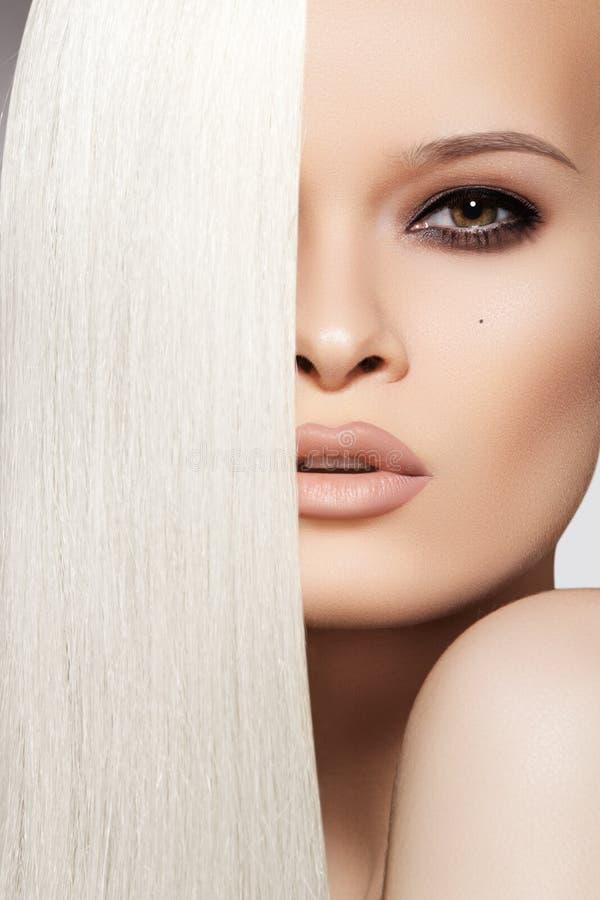 Sexy vrouw met mooie lange blonde haar & make-up royalty-vrije stock fotografie