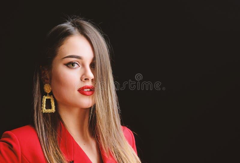 Sexy vrouw met professionele make-up Juwelenoorringen Meisje in rood jasje Schoonheid en manier haarschoonheid en stock afbeeldingen