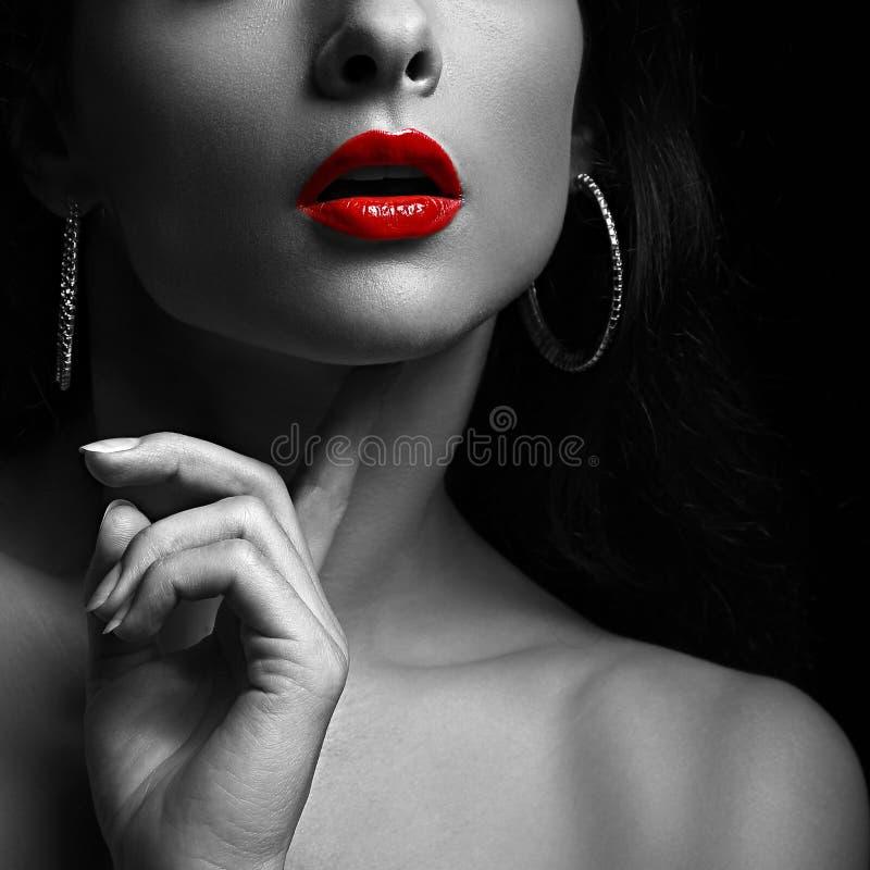 Sexy vrouw met rode lippen Zwart-wit portret stock foto