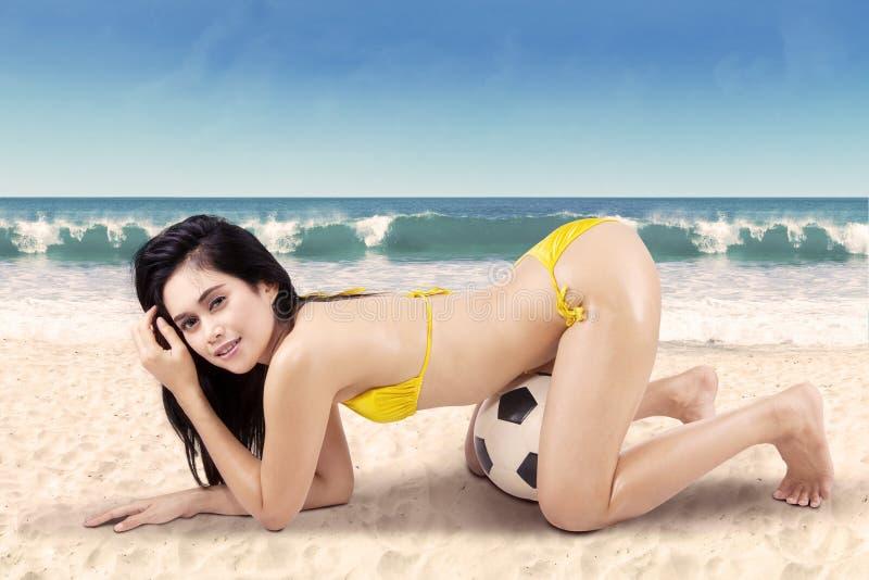 Sexy vrouw met voetbalbal op vakantie 2 stock fotografie