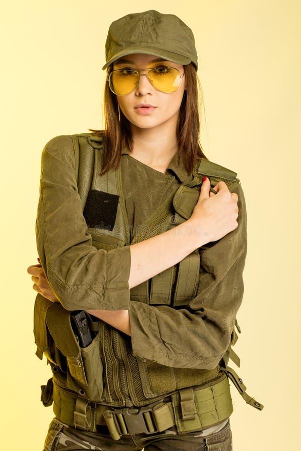 Sexy vrouw in militair` s kostuum op gele achtergrond royalty-vrije stock foto's