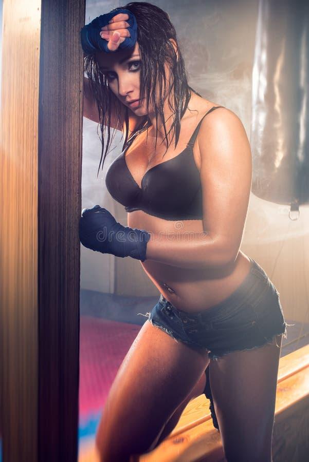 Sexy vrouw na training royalty-vrije stock afbeeldingen