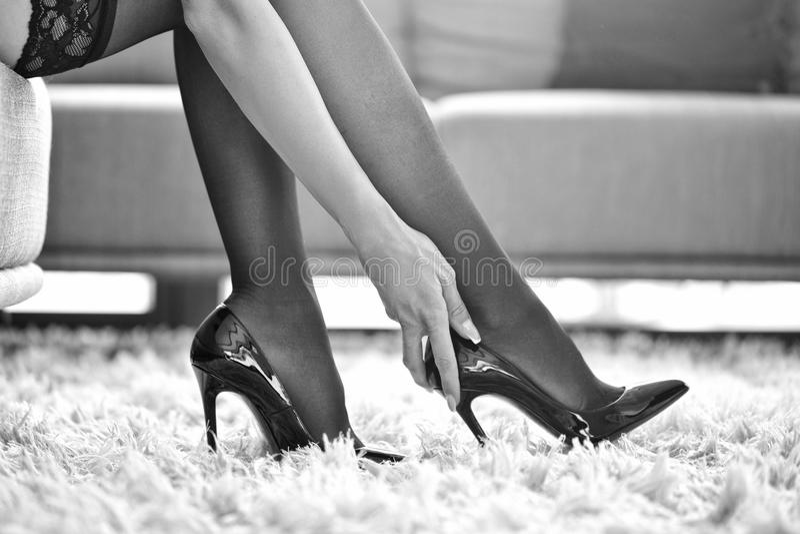 Sexy vrouw in ondergoed wat betreft hoge zwart-witte hielen stock afbeeldingen