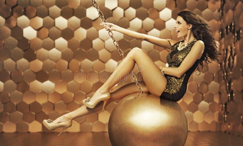 Sexy vrouw op een grote bal stock fotografie